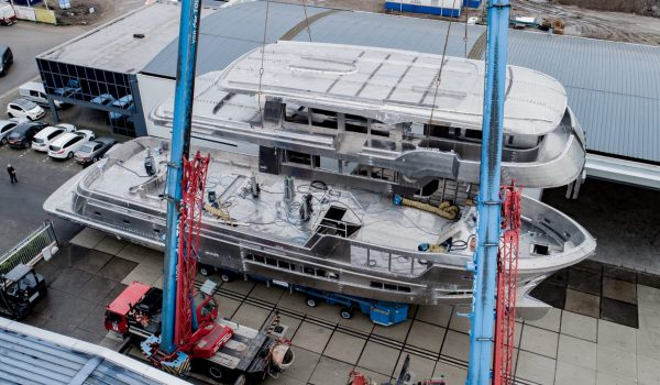 Lady Lene - van der Valk shipyard - joining hull and superstructure
